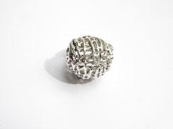 Une bague boule très ajourée est présentée de façon à ce qu'on ne voie que la boule.