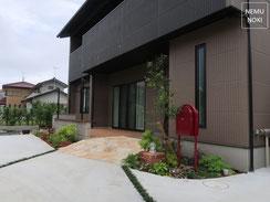 新築外構、スロープ、石貼、人工デッキ、水栓、ボビポスト、表札、門柱、イタウバ、セランガンバツー、施工例