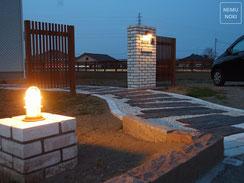新築外構工事、エクステリア、ウッドフェンス、照明、レンガ門柱、施工例