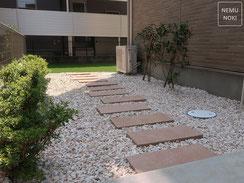 人工芝、雑草防止シート(ザバーン240)、化粧砂利、コンクリート平板、施工例