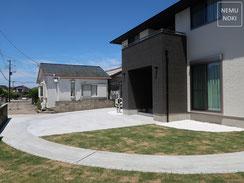 コンクリート平板、御影石、表札、ポスト、高麗芝、カーポート、バイクガレージ、施工例