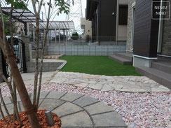 人工芝、雑草防止シート(ザバーン240)、化粧砂利、アオダモ、施工例