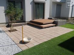 人工デッキ、ウッドデッキ、コンクリート平板、人工芝、雑草防止シート(ザバーン240)、立水栓、シマトネリコ、施工例