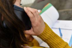 Femme au téléphone pour assistante commerciale chez Posteam, location de personnel à Melle Deux-Sèvres 79