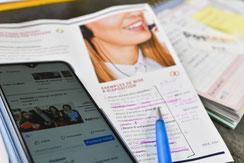 femme tapant ordinateur et réseaux sociaux pour assistante communication chez Posteam, location de personnel à Melle Deux-Sèvres 79