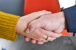 Poignée de main pour assistance au dirigeant chez Posteam, location de personnel à Melle Deux-Sèvres 79