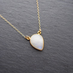Stylish gold-plated necklace with crystal quartz. Stijlvolle goud kleurige ketting met een bergkwarts steen