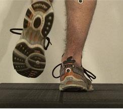 alter Laufschuh auf dem Laufband