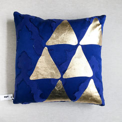 "Kissen ""Triangle"", gold, blau"