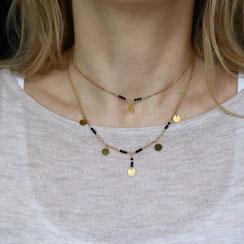 doppelte vergoldete Choker Kette mit kleinen schwarzen Onyx Edelsteinperlen und Münzplätchen. Perfekt für den angesagten Layer Look, der bekannt ist von vielen Bloggern und Influencern
