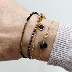 Zierliche vergoldete Armkettchen mit kleinen schwarzen Edelsteinperlen oder schwarzen Glasanhängern