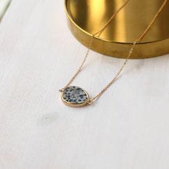 Zierliche vergoldete kurze Halskette, mit einem wunderschönen galvanisierten Dalmatiner Jaspis Anhänger. Alleine oder in Kombination mit anderen Halsketten ein Eyecatcher