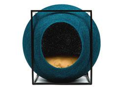 Blauer Kratzbaum in schwarzem Würfel