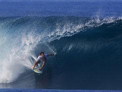 Bild zum Baustein Work Flow im Fachkräftetraining Fit for Specialist, Surfer auf brechender Welle