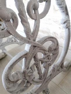 pieds gris avec patine au baton à huile blanc