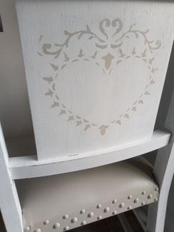 relooking de meuble le mans sarthe chaise ancienne blanc patine beige pochoir coeur assise cuir