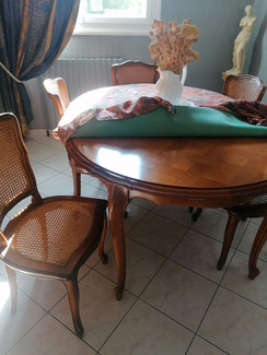 Table et chaises louis avant