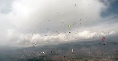 image d'une compétition de parapente. Accès à la partie compétition