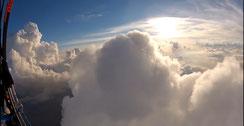 Magnifique vol dans les nuages