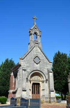 Proyart-Chapelle funéraire au centre du cimetière