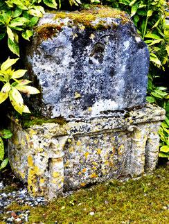 Les anciens fonts baptismaux comme socle de la croix