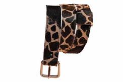 Cette photo représente une ceinture de forme classique, faite à la main, en cuir à poils ras noir et girafe