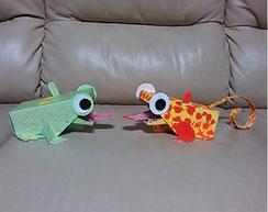 カエル貯金箱を作ったら「カメレオンでもいけそう~」ということで、ど派手に色付けして、目はボタンをつけて少し立体的に。カエルは母作でカメレオンは息子作です。すごく気に入ってます。