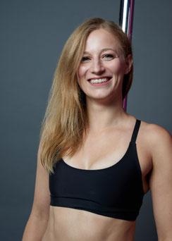 Juliane, Inhaberin & Trainerin für Pole, Aerial Silks & Flexibility