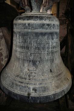 Cloche 3 - Tonalité RE - 754 kg - Positionnée au dessus de la cloche 2 -  Prénoms : Perrine, Marie
