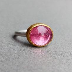 Mit einem Klick zum Ringe-Shop - Foto: Handgearbeiteter Silberring mit großem Apatit-Cabochon in 999er Feingoldfassung und mit grünen Tsavoriten