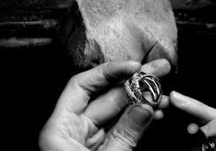 Brusi Goldschmied bei der Fertigung eines Ringes in Gold mit Brillanten