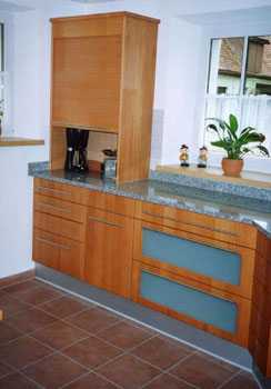 Küche mit Rolloberschrank und Edelstahlsockel