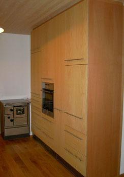 Küchenschrank mit verschiedenen Hochschränken