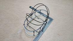 バックの骨組みになる部分をワイヤーで作ってもらい布を縫い付けていきます。