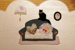 愛猫ちゃんをソファの背もたれに、ラブちゃんをハートのクッションで、そしてベリーちゃんはイチゴ柄の生地でクッションで表現しました