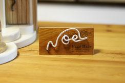 おうち本体に付ける予定でNOELのネームをお作りしましたが、ピッタリな場所がなかった為、別板に付けました