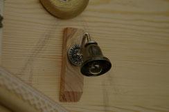手作りの玄関灯は、豆電球、ベル、ボタン全ネジを用いてアンティークぽく制作