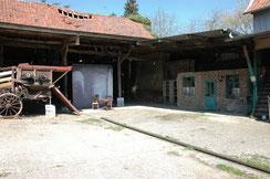 Dans la cour de la ferme la toile de fond est reconstituée