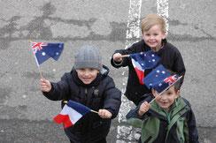 Les enfants paradent avec les drapeaux