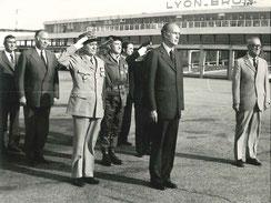 Honneur au Drapeau : 2ème à gauche, Michel PONIATOWSKI, ministre de l'Intérieur et tout à droite Christian PONCELET, ministre du Budget.