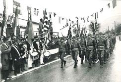 Défilé du 99e R.I. devant les autorités et la garde au Drapeau du Royal-Deux-Ponts (Drapeau et uniformes d'époque, reconstitués)