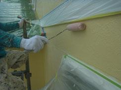 外壁の密着プライマー塗装中 ローラー手塗り