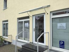 Glasvordach und Haustür in Kunststoff, verglast