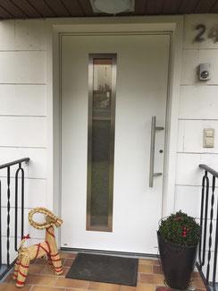 Haustür in Aluminium, weiß mit Außenverkleidung