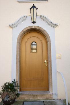 Nachbau einer historischen Haustür mit originalem Ziergitter