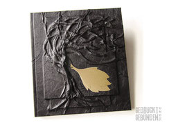 Hardcover Bucheinband schwarz Seitenumfang 100 Seiten weiß Hochrelief Baum des Lebens Applikation Blätter 21cm x 24cm Hochformat