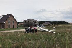"Kuriose Szenerien –Flugzeug ohne ""Ansteckohren"" im Wohngebiet."