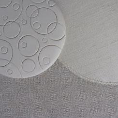 Tableau utilisant les ronds de faïence et les ronds de tissus cousus