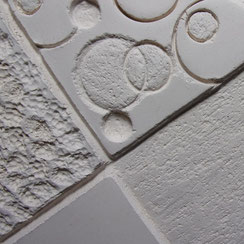 Détail de sculpture en faïence blanche : texturation de la surface