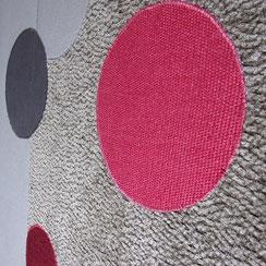 Ronds en tissus variés appliqués et cousus sur une toile tendue
